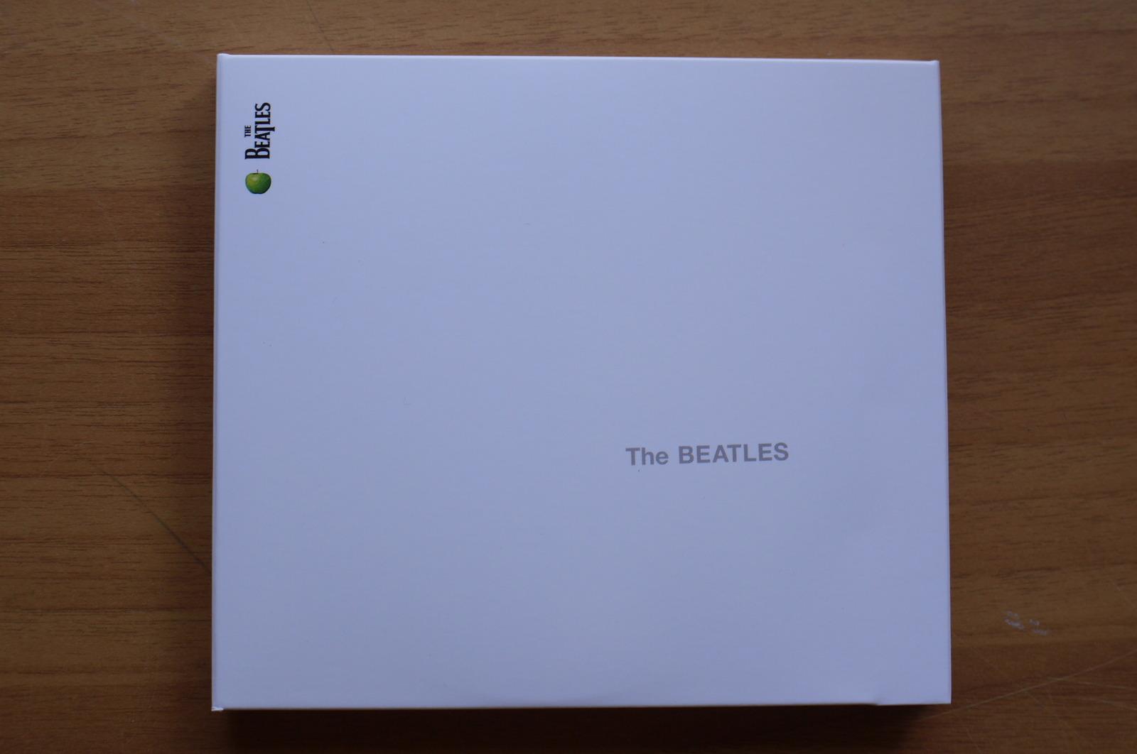 そんなアルバム『The BEATLES』は、そのデザインから「WHITE ALBUM(ホワイト・アルバム)」と呼ばれている。前作『Sgt.  PEPPER\u0027S LONELY HEARTS CLUB BAND』で、